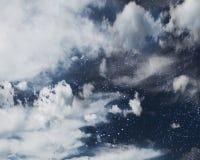 在云彩后的Starfield 免版税库存照片