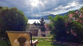 在云彩和太阳之间 免版税库存照片