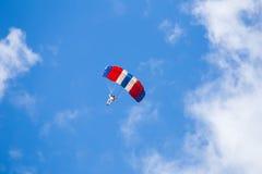 在云彩和蓝天中的跳伞运动员 免版税库存图片