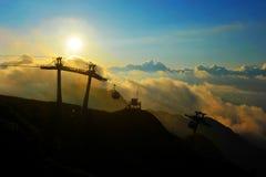 在云彩和高加索山脉背景的日落  库存图片