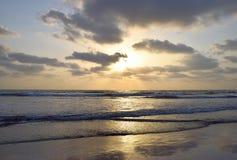 在云彩和延长海, Ladghar海滩,印度后的金黄阳光 免版税库存图片