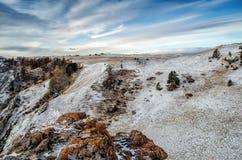 在云彩山之上 岩石在西伯利亚,奥尔洪岛在冬天 免版税图库摄影