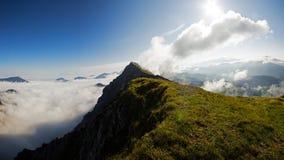 在云彩掩藏的高山土坎在日出期间, Koschuta,斯洛文尼亚 免版税库存照片