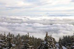 在云彩敞篷mt俄勒冈之上 库存图片