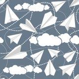 在云彩无缝的样式的纸飞机 免版税库存图片