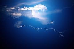在云彩月亮之后 免版税库存图片