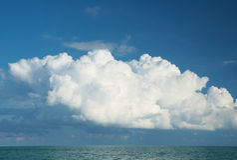 在云彩海运之上 免版税图库摄影