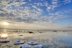在云彩海运冬天之上 免版税库存照片