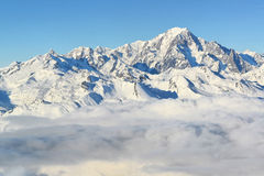 在云彩海运的勃朗峰  库存照片