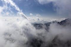 在云彩海,黄山妙境报道山的上面在中国 免版税库存图片