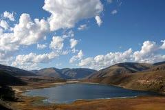 在云彩湖西藏之上 免版税库存图片
