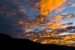 在云彩火的蓝天 库存图片