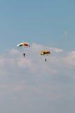 在云彩的两个降伞 免版税库存图片