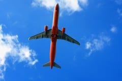 在云彩的乘客飞机 由空运的旅行 库存照片