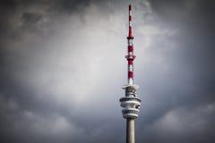 在云彩的传输塔 免版税库存图片