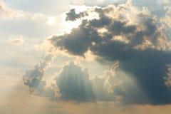 在云彩的光芒 免版税库存照片