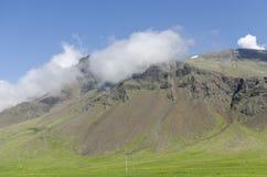 在云彩的冰岛山在对环行路的途中 免版税库存照片