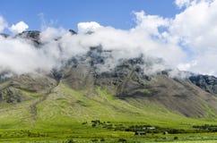 在云彩的冰岛山在对环行路的途中 库存照片