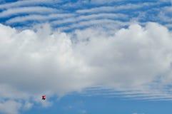 在云彩的动力化的滑翔机 免版税库存图片