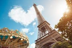 在云彩的埃佛尔铁塔和心脏形状 免版税库存照片