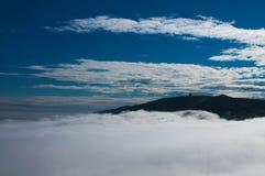 在云彩的大山 免版税库存照片
