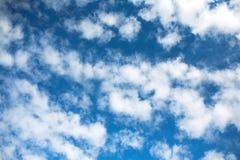 在云彩的天空 免版税库存照片