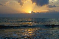 在云彩的太阳光芒在海洋上 库存图片