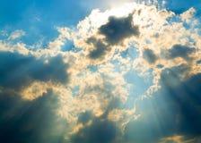 在云彩的太阳光芒 免版税库存照片