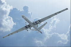 在云彩的寄生虫飞行 免版税库存照片