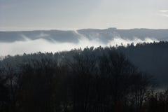 在云彩的山。 库存图片