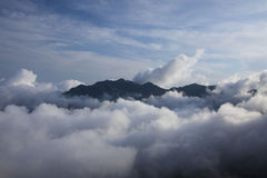 在云彩的山上面 免版税库存图片