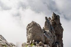 在云彩的山在Ellmauer止步不前,奥地利的更加狂放的凯泽山-接近Gruttenhuette,去,蒂罗尔,奥地利-远足 免版税库存照片