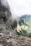在云彩的山在Ellmauer止步不前,奥地利的更加狂放的凯泽山-接近Gruttenhuette,去,蒂罗尔,奥地利-远足 免版税图库摄影