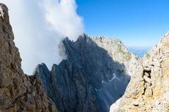 在云彩的山在Ellmauer止步不前,奥地利的更加狂放的凯泽山-接近Gruttenhuette,去,蒂罗尔,奥地利-远足 图库摄影
