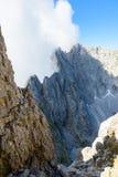 在云彩的山在Ellmauer止步不前,奥地利的更加狂放的凯泽山-接近Gruttenhuette,去,蒂罗尔,奥地利-远足 库存照片