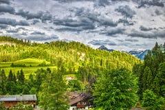 在云彩的山风景在Allgäu在巴伐利亚德国 免版税库存照片