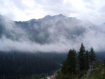 在云彩的山 免版税库存图片