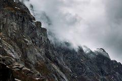 在云彩的山 免版税库存照片