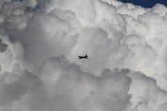 在云彩的战机 库存照片