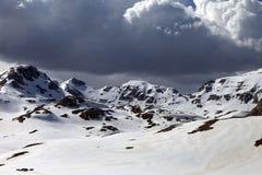 在云彩的斯诺伊山 免版税库存图片