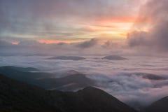 在云彩的日出,登上Cucco,翁布里亚,亚平宁山脉,意大利 免版税库存照片