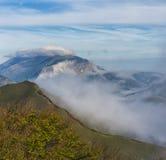 在云彩的日出,登上Cucco,翁布里亚,亚平宁山脉,意大利 免版税库存图片