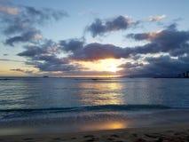在云彩的日落和反射在太平洋 免版税库存图片