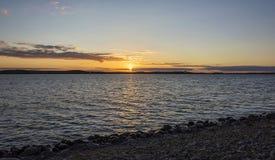 在云彩的日落在池塘 免版税库存照片