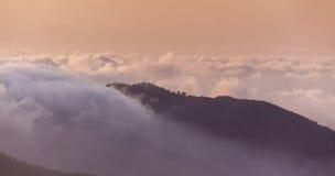 在云彩的日落在Troodos山在塞浦路斯 库存照片