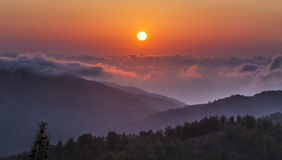在云彩的日落在Troodos山在塞浦路斯 免版税库存图片