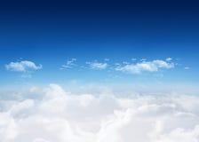 在云彩的明亮的蓝天 免版税图库摄影