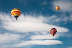 在云彩的热空气气球 免版税库存图片