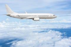 在云彩的班机飞行 库存图片