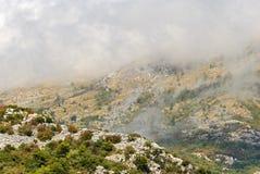 在云彩的秋天山 免版税库存图片